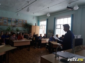 """Заключительное прочтение стихотворения """"Великий Менделеев"""" учеником 10 класса Киселёвым К"""