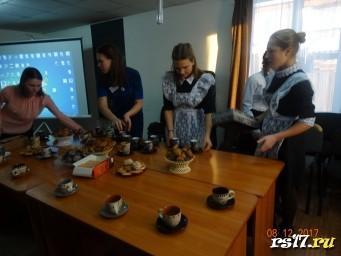 Помощницы сервируют стол
