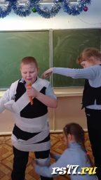 Снеговик из бумаги, но нос-то из настоящей морковки